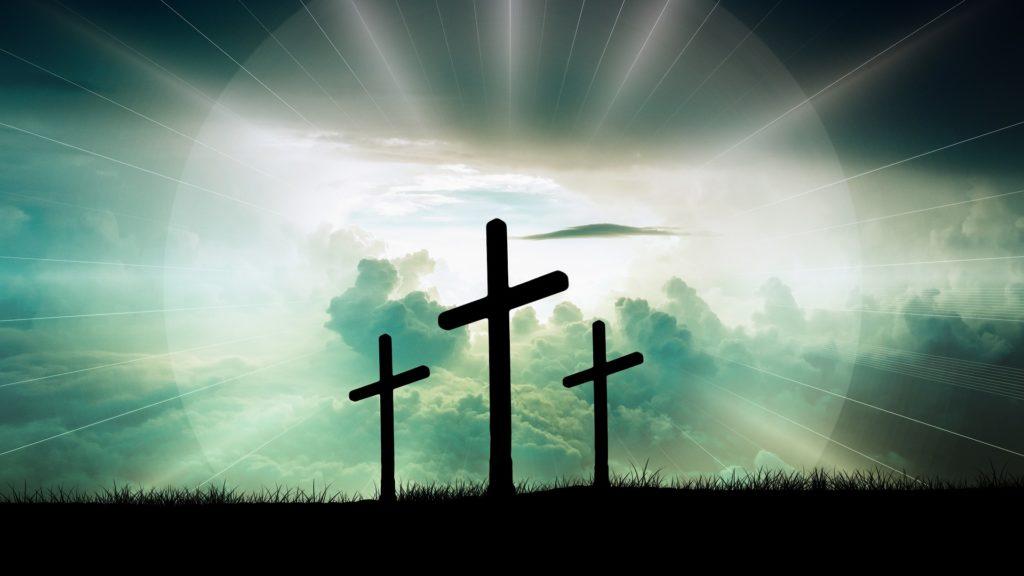 Três cruzes iluminadas num campo