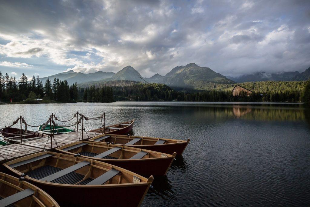 barco sobre um lago e montanhas ao fundo